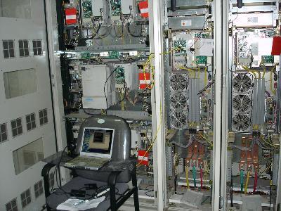 製鐵所内でインバータS/Wインストール作業